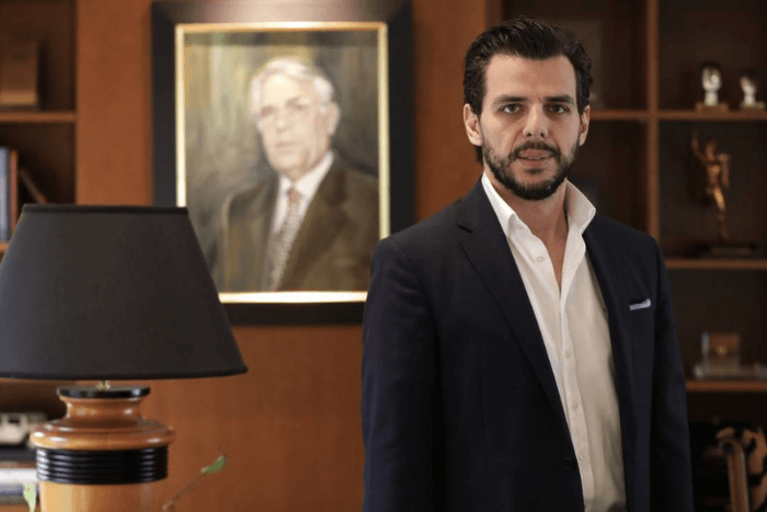 Ο Βασίλης Αποστολόπουλος στο γραφείο του . Πίσω του διακρίνεται το πορτρέτο του πατέρα του Γιώργου Αποστολόπουλου