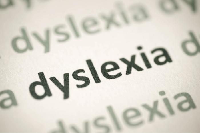 """Η λέξη """"dyslexia"""" γραμμένη πολλές φορές σε χαρτί"""