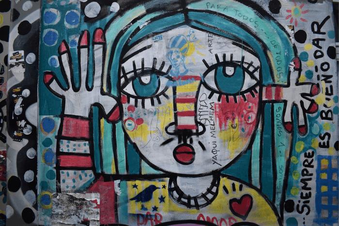 Ζωγραφιά/γκράφιτι που δείχνει φιγούρα κοριτσιού με πολλά χρώματα