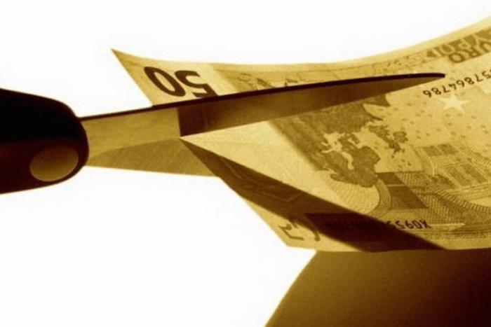Ψαλίδι που κόβει χαρτονόμισμα των 50€