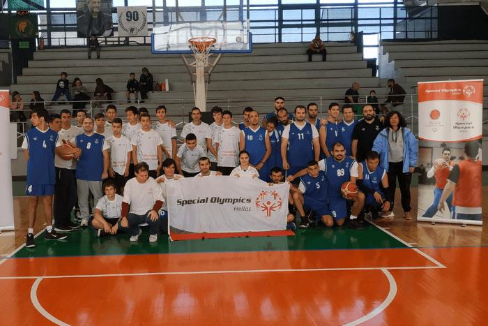 ομαδική φωτογραφία με τον κύριο Μακρόπουλο και ομάδα μπάσκετ των Special Olympics Hellas