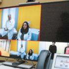 Οθόνη υπολογιστή που δείχνει τηλεδιάσκεψη γιατρών και ασθενών (επέκταση τηλειατρικής)