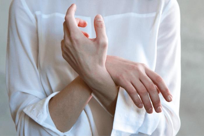 Κοντινό σε χέρια ασθενή με Σκλήρυνση Κατά Πλάκας