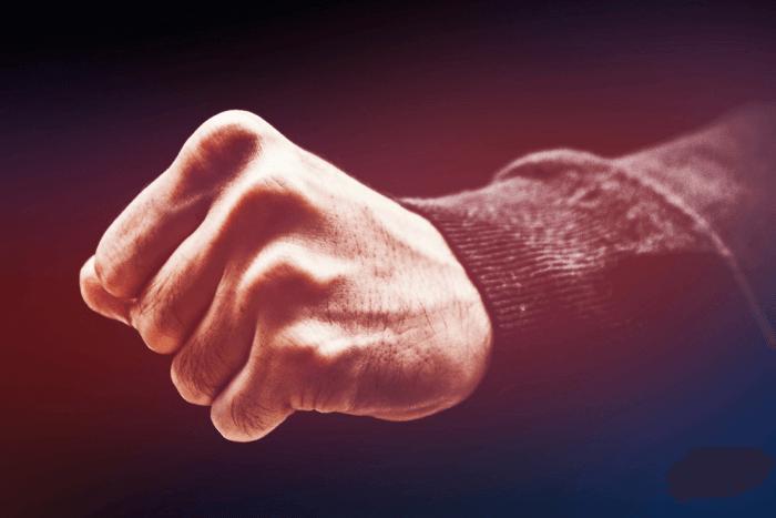 Αντρικό χέρι σε γροθιά όπου σηματοδοτεί τη βία