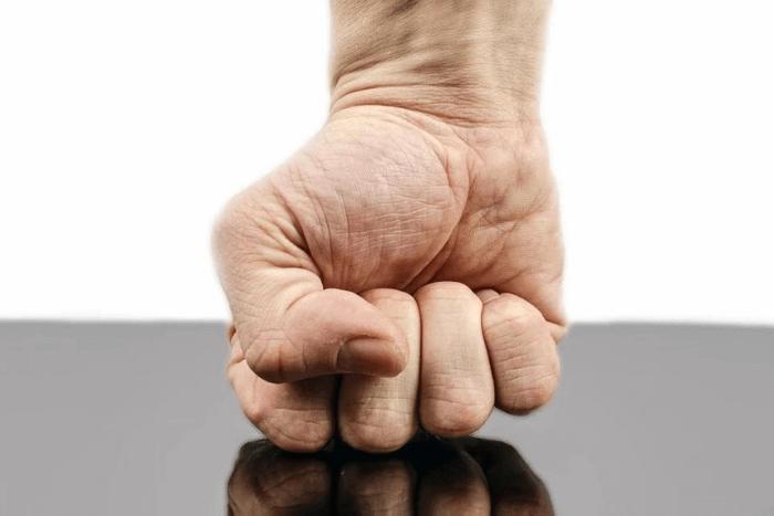 Χέρι σε γροθιά πάνω σε τραπέζι