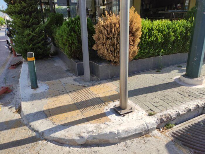 Ράμπα πεζοδρομίου όπου η διέλευση εμποδίζεται από κολώνες και δέντρα