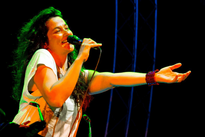 Η Αγγελική Τουμπανάκη ενώ τραγουδάει