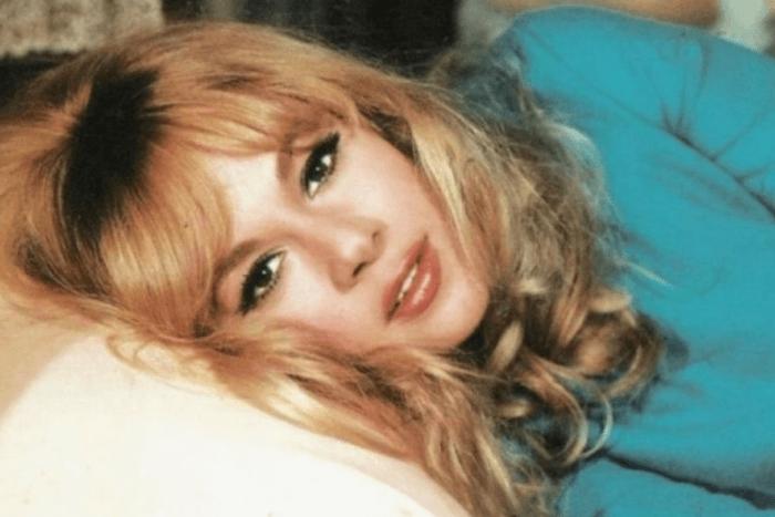 Η Αλίκη Βουγιουκλάκη σε νεαρή ηλικία ξαπλωμένη στο κρεβάτι της