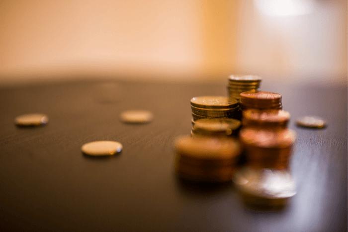 Κέρματα σε πυργάκι πάνω σε τραπέζι και διάσπαρτα γύρω-γύρω