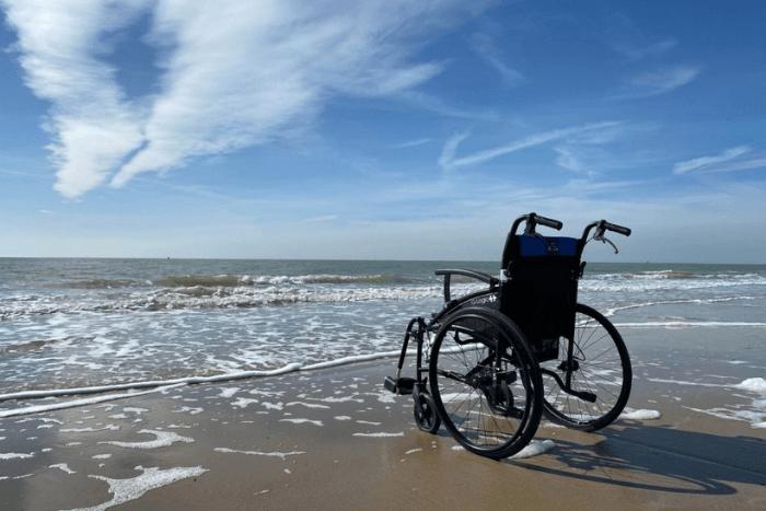 Αναπηρικό αμαξίδιο μπροστά σε ακτή παραλίας