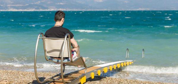 Ανάπηρο άτομο σε Sea track σε παραλία