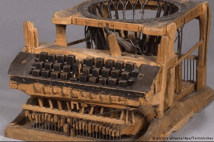 Μία από τις πρώτες γραφομηχανές φτιαγμένη από ξύλο και σίδερο