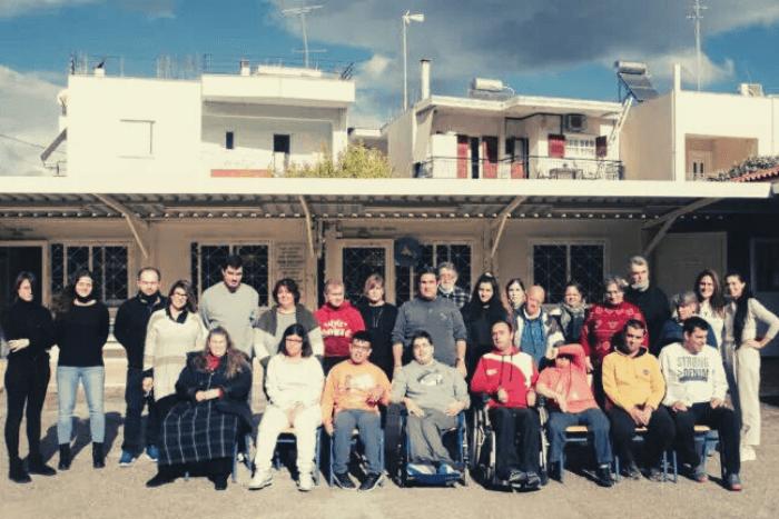 Ομαδική φωτογραφία στο κέντρο αποκατάστασης παιδιά, εκπαιδευτές και ο πρόεδρος