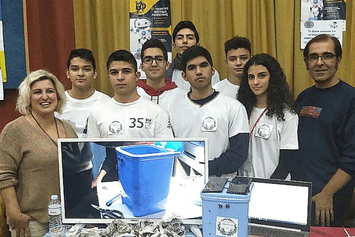 Μαθητές με καθηγητές και παρουσίαση του κάδου μπροστά τους