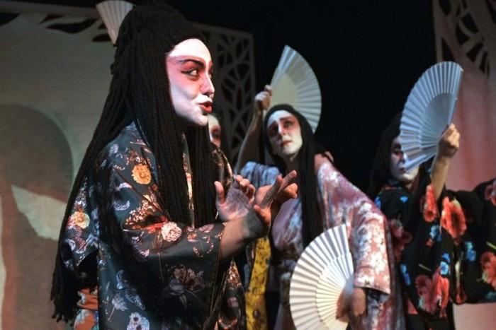 """Εικόνα από την παράσταση """"Ιστορίες φαντασμάτων από την Ιαπωνία"""". Γυναίκες ντυμμένες με παραδοσιακές ιαπωνικές ενδυμασίες κρατούν βεντάλιες και χειρονομούν"""