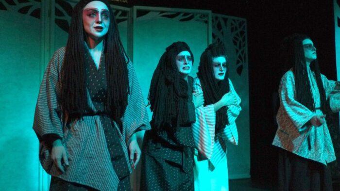 """Εικόνα από την παράσταση """"Ιστορίες φαντασμάτων από την Ιαπωνία"""". 4 γυναίκες με ιαπωνική ενδυμασία, οι 2 κρατιούνται τρομαγμένες. Γαλάζιος φωτισμός"""