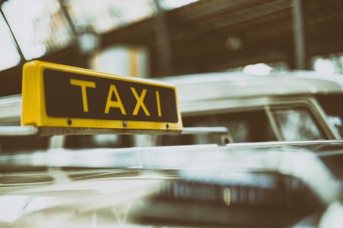 Κοντινό σε ταμπέλα Taxi