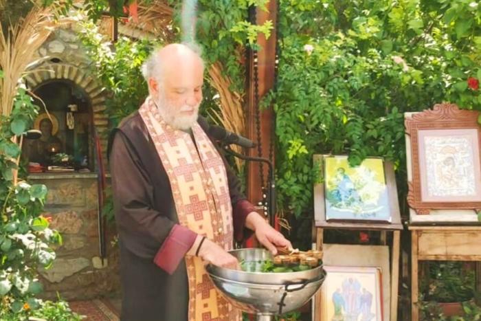 Ο Άγιος Πατέρας Δημήτριος Λουπασάκης στους Αγίους Ισιδώρους με τον τίμιο σταυρό στο νερό ετοιμάζεται να ευλογήσει
