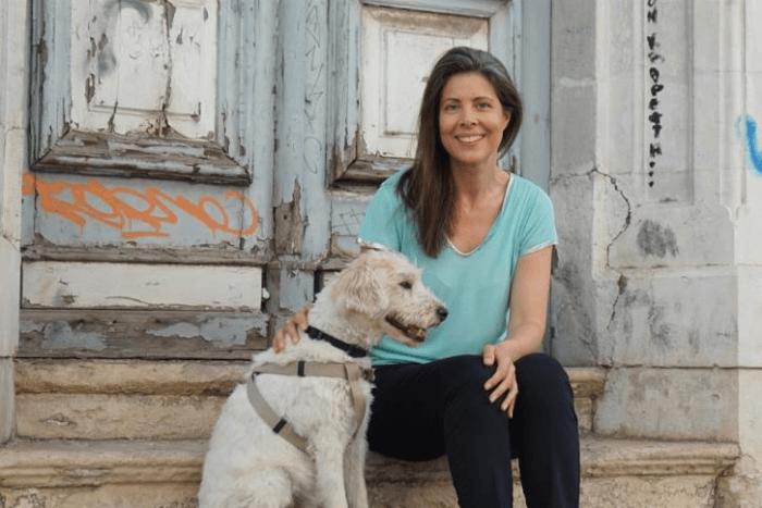 Η αυτιστική συγγραφέας McMorran με τον σκύλο της