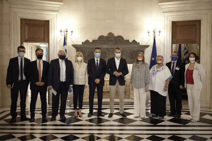 Ο Κυριάκος Μητσοτάκης, με συνεργάτες και ο Αλέξανδρος Σισιλιάνος και μέλη της Λοατκι+ κοινότητας