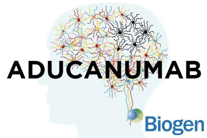 """Περίγραμμα από κεφάλι ανθρώπου που μέσα στον εγκέφαλο διακρίνονται νευρώνες. Πάνω από το σκίτσο γραμμένο το φάρμακο """"aducanumab"""" και κάτω δεξιά η το λογότυπο της εταιρείας """"Biogen"""""""
