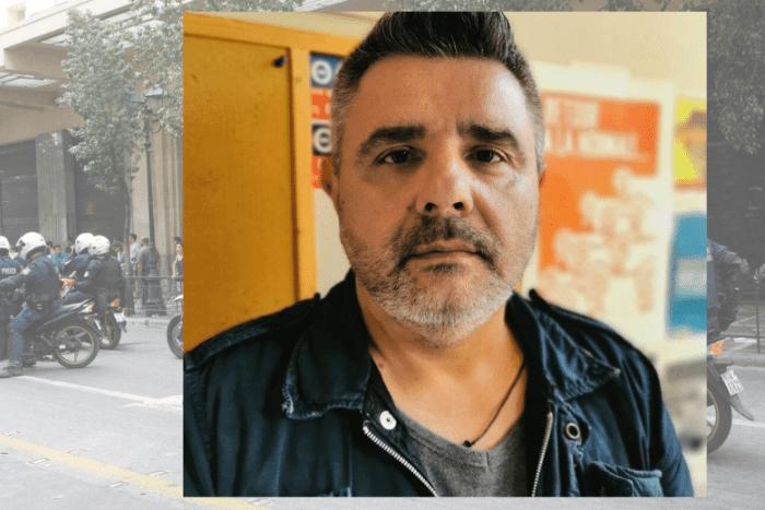 Δύο φωτογραφίες στο φόντο μηχανές της ελληνικής αστυνομίας και μπροστά φωτογραφία του Μανώλη Κυπραίου