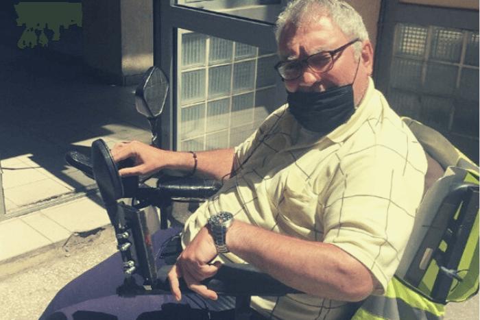 Ο Παναγιώτης Καλπουτσής στο ηλεκτροκίνητο αναπηρικό αμαξίδιο του