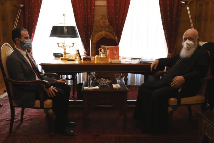 Ο Αρχιεπίσκοπος Ιερώνυμος με τον Βαγγέλη Αυγουλά, στο γραφείο του στην Αρχιεπισκοπή Αθηνών