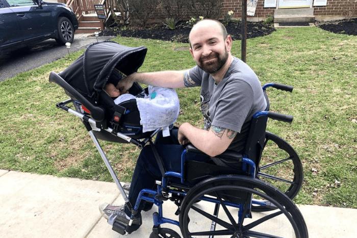 Ο Τζέρεμι Κίνγκ σε αναπηρικό αμαξίδιο με προσαρμοσμένο το βρεφικό καρότσι πάει βόλτα το μωρό του