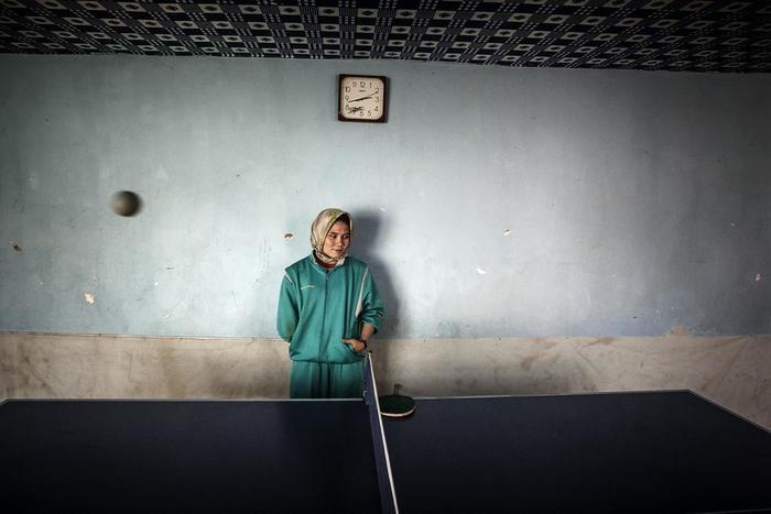 Αφγανή Παραολυμπιονίκης στέκεται πίσω από τραπέζι του πινγκ πονγκ