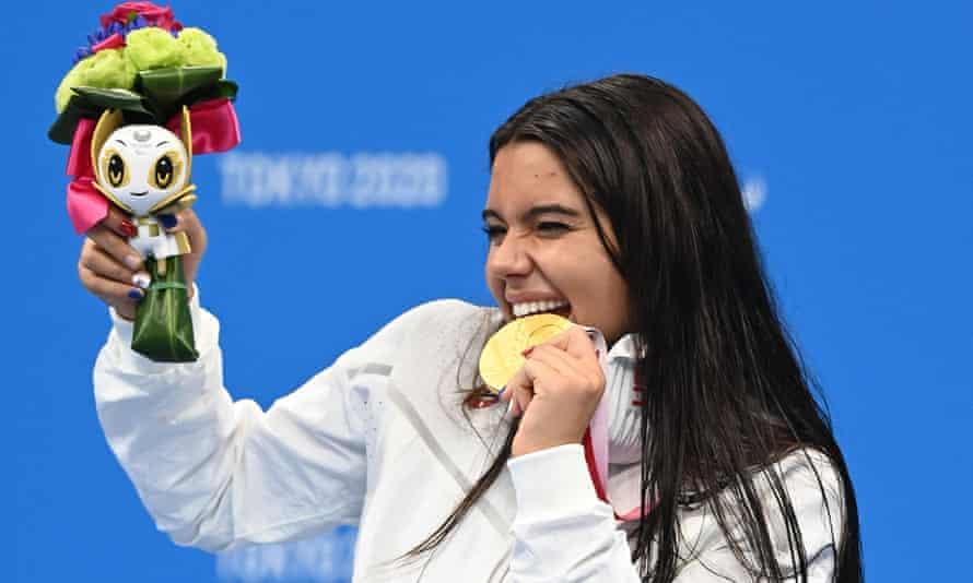 Η Anastasia Pagonis γιορτάζει το χρυσό της μετάλλιο στα 400 μέτρα ελεύθερο.