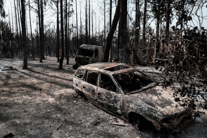 Καμμένο δάσος και αυτοκίνητα στη βαρυμπόμπη