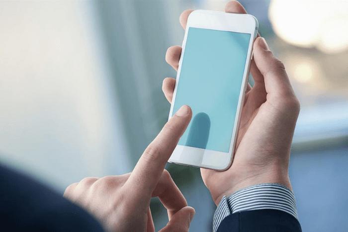 Άνδρας που κρατάει το κινητό του και ετοιμάζεται να περιηγηθεί. (κοντινό στα χέρια του)