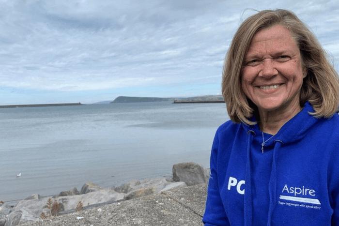Η Πόλα Κρεγκ χαμογελαστή μπροστά στη θάλασσα