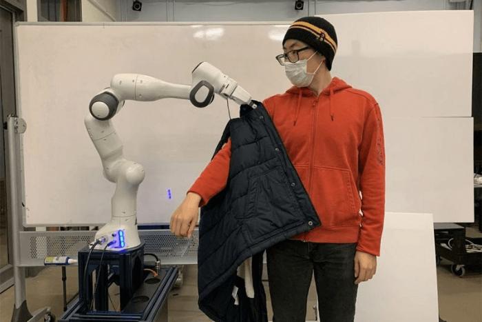 Ρομπότ φοράει σε άνδρα μπουφάν