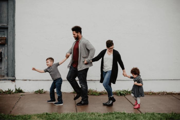 Οικογένεια: Πατέρας, Μητέρα και δύο παιδιά σε βόλτα