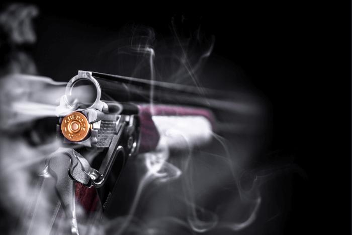 όπλο που έχει πατηθεί η σκανδάλη και πετάγονται καπνοί