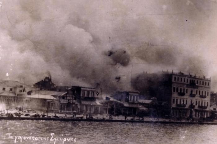 Το λιμάνι της Σμύρνης με καπνούς απλωμένη σε όλη την πόλη