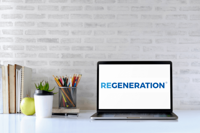 Λάπτοπ με ανοιχτό το λογότυπο του regeneration δίπλα του μολυβοθήκη, βιβλία, μήλο, καφές