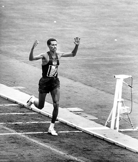ο Αμπέμπε Μπικίλα τρέχοντας σε Ολυμπιακούς Αγώνες με παπούτσια αυτή τη φορά