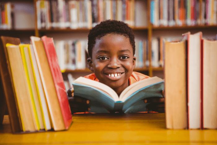 Παιδί μετανάστης από Αφρική ανάμεσα σε βιβλία