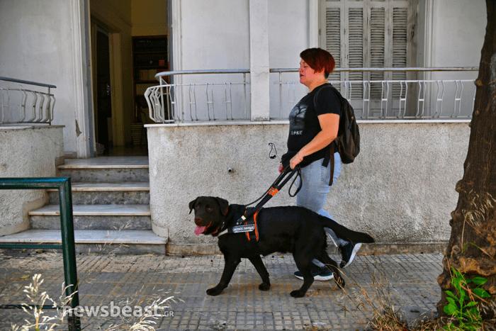 Η Ιωάννα Μαρία Γκέρτσου περπατά με σκύλο-οδηγό