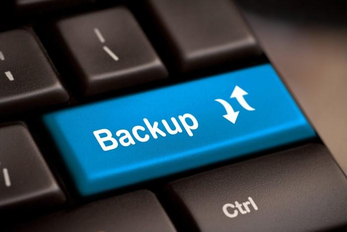 μπλε πλήκτρο από πληκτρολόγιο υπολογιστή που γράφει backup