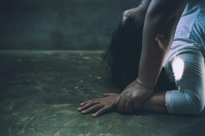 Άνδρας έχει ξαπλώσει κάτω μια γυναίκα και φαίνεται να την έχει πιάσει από τα μαλλιά (μισή φωτογραφία φαίνεται κεφάλι γυναίκας και χέρια ανδρός)