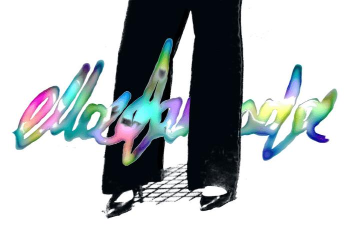 Ασπρόμαυρη φωτογραφία, λευκό φόντο. Ένα ζευγάρι όρθια πόδια από το ύψος του μηρού και κάτω. Μαύρες γόβες στιλέτο και μαύρο παντελόνι σε φαρδιά γραμμή. Στη μέση της φωτογραφίας έχει προστεθεί ψηφιακά η λέξη elladamoda γραμμένη με παχιά πολύχρωμη γραμματοσειρά σε στυλ graffitti.