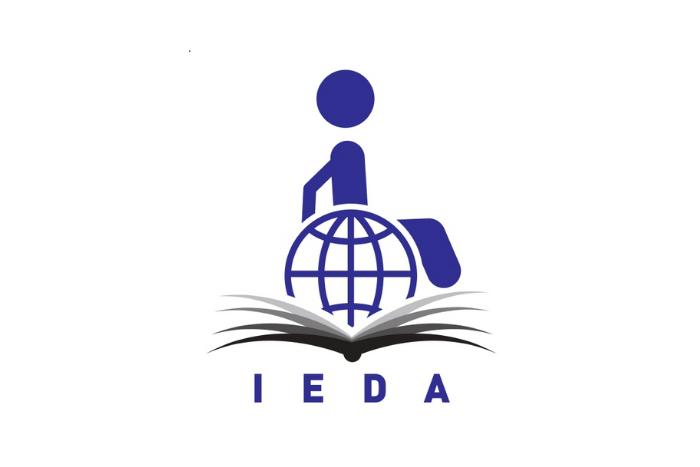 Το logo του έργου με την ονομασία IEDA, αναπαριστά ένα ανοιχτό βιβλίο και πάνω του ένα κυκλικό σχήμα που είναι καθισμένος ένας άνθρωπος. Το σχήμα συμβολίζει την οικουμενική ανάγκη για πρόσβαση στην εκπαίδευση των ατόμων με αναπηρίες