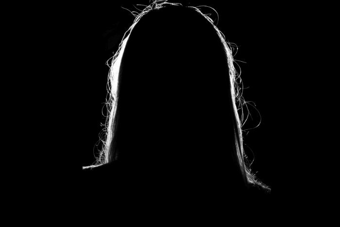 Περίγραμμα από κεφάλι γυναίκας σε μαύρο φόντο