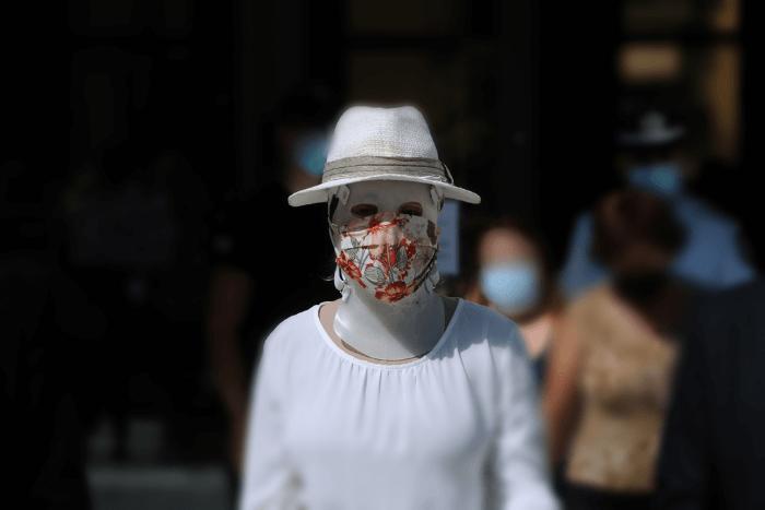 Η Ιωάννα Παλιοσπύρου φορώντας την ειδική μάσκα στο πρόσωπο της για τα εγκαύματα, μάσκα κατά του κορωνοϊού και καπέλο. Φωτογραφία από τη δίκη.