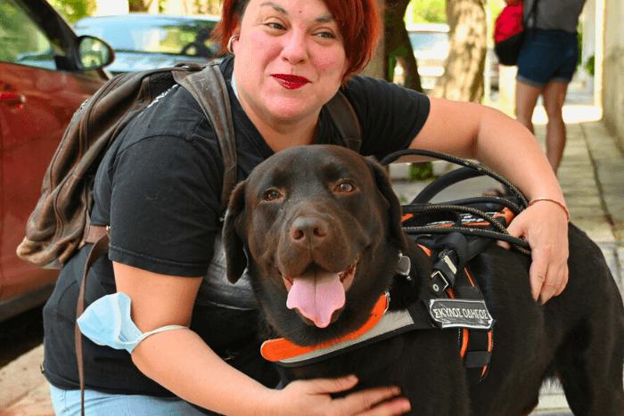 Η Ιωάννα Μαρία Γκέρτσου αγκαλιάζει το σκύλο οδηγό της