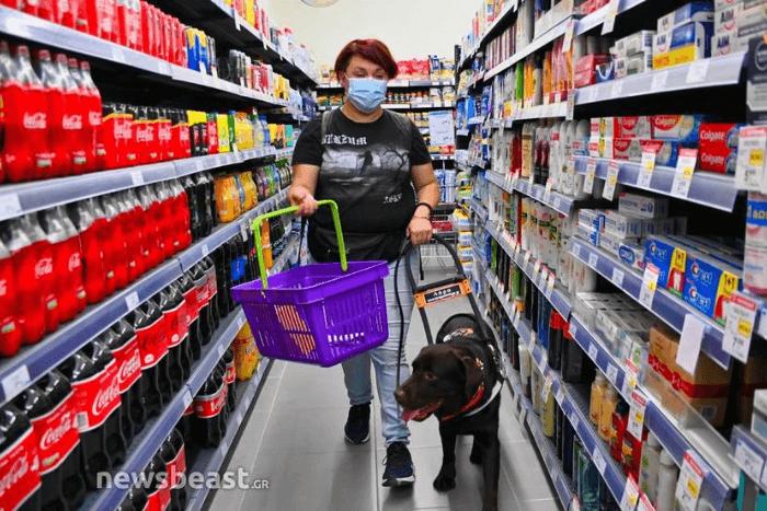 Η Ιωάννα Μαρία Γκέρτσου κάνοντας τα ψώνια της στο super market με σκύλο οδηγό